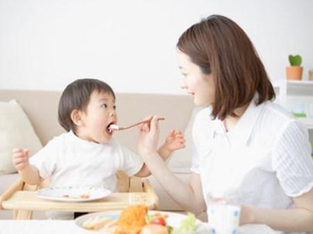 Không được ép trẻ ăn nhiều mà chỉ theo nhu cầu ăn của trẻ….