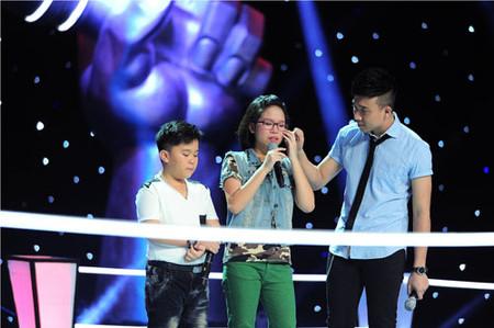 MC Trấn Thành an ủi Hoàng Anh và Thảo Linh khi 2 bé bị loại