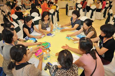 Các bà mẹ thành viên của CLB Mẹ 20+ đang thảo luận sôi nổi trong một buổi tập huấn về dinh dưỡng và tâm lý cho trẻ từ 4-12 tuổi tại Hà Nội