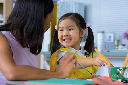 Cha mẹ nên khen ngợi mỗi khi trẻ làm được một việc tốt, qua đó giáo dục tình cảm tự hào nơi các em.