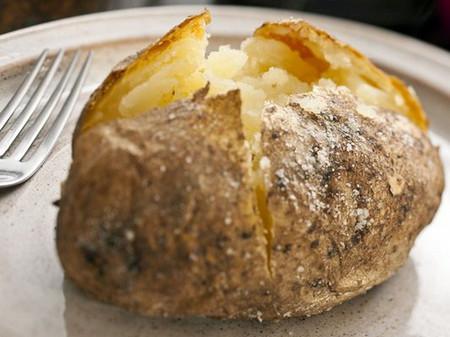 Khoai tây nướng vẫn giữ được độ giòn, ngon mà lại không chứa nhiều chất gây hại cho mẹ và bé như khoai tây chiên