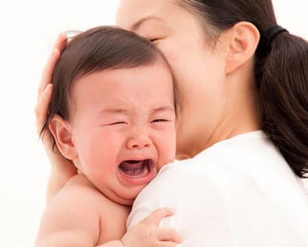Khi bé khóc, mẹ đừng ngần ngại mà ôm bé vào lòng