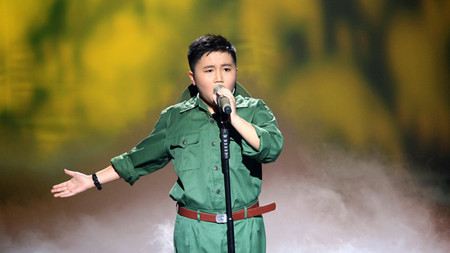 Quang Anh đã mở đầu đêm liveshow của các thí sinh với bài hát đầy ý nghĩa cho ngày 27/7