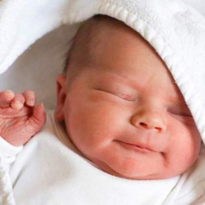 Sau khi chào đời, mắt bé có thể hơi sưng