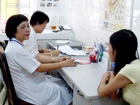 Tư vấn cho một thai phụ tại Trung tâm Chăm sóc sức khỏe sinh sản TPHCM.