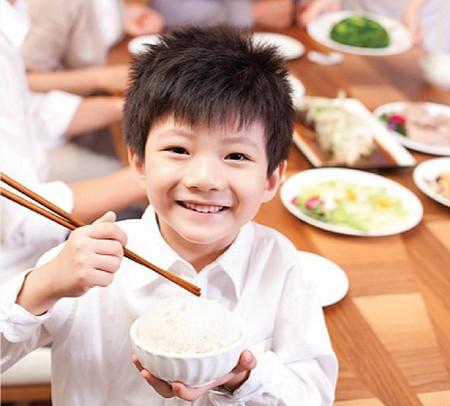 Trẻ sẽ thấy ngon miệng hơn nếu được mẹ thay đổi thực đơn thường xuyên.