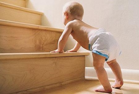Trẻ đến tuổi tập bò, tập đi sẽ rất dễ bị tai nạn rơi, ngã