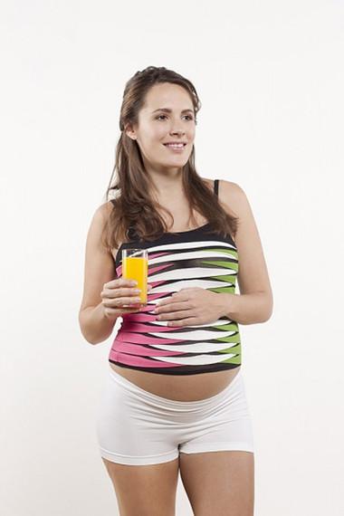Chị em nên uống nước cam ép thường xuyên để cơ thể nạp đủ lượng acid folic