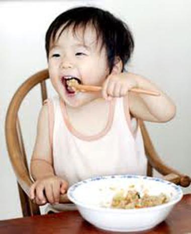 Trẻ cần làm quen với cơm mềm khi có khoảng 20 chiếc răng.