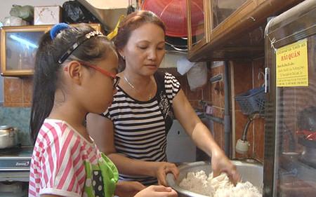 Chị Thư - mẹ Mỹ Chi luôn là người bên cạnh củng hộ Mỹ Chi suốt chặng đường bé thi GHVN