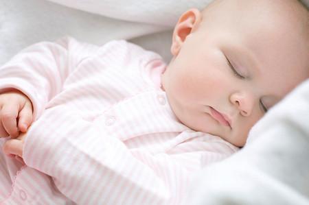 Không cần phải đánh thức bé dậy ăn đêm nữa nếu cháu ngủ ngon và không có nhu cầu bú đêm.