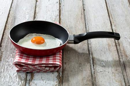 Ăn trứng sống và trứng lòng đào đi kèm với nguy cơ nhiễm khuẩn salmonella.