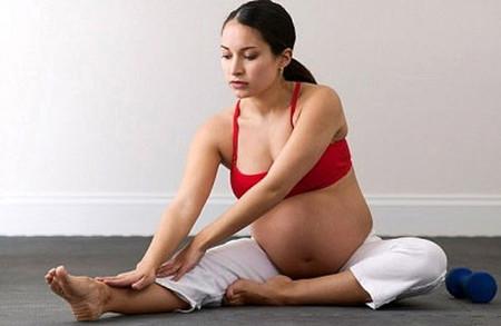 Phù chân là hiện tượng khá phổ biến đối với nhiều thai phụ. Tùy theo độ lớn của thai, vị trí thai và cơ địa của sản phụ mà biểu hiện phù nhiều hay ít, sớm hay muộn và nặng hay nhẹ.  Phụ nữ mang thai lần thứ hai trở đi dễ bị phù chân hơn là mang thai lần đầu. Nếu bà mẹ mang thai có bệnh suy tĩnh mạch trước đó, thì tình trạng suy tĩnh mạch trong thai kỳ sẽ trở nên nặng hơn, có thể bị nổi tĩnh mạch ngoằn ngoèo.  1. Nguyên nhân gây chứng phù chân ở bà bầu  Bàn chân là nơi thường bị sưng phù nhất? Nguyên do vì chân ở khá xa trái tim, máu từ các động mạch quay trở lại tim cũng mất thời gian lâu nhất, dẫn đến tích tụ chất lỏng ở phần chân quá mức, hệ quả là xuất hiện chứng phù nề.  Theo nghiên cứu của các nhà y học thì có 3 nhóm nguyên nhân chính gây ra chứng phù nề:  - Nhóm những yếu tố làm cản trở máu chảy về tim: Mặc đồ quá chật; Có thai và thai lớn; Chơi các môn thể thao nặng làm gia tăng áp lực trong ổ bụng hay trong lồng ngực như tập tạ, khiêng vác nặng; Ho nhiều và ho lâu trong các bệnh phổi tắc nghẽn mạn tính; Táo bón thường xuyên là nguyên nhân thường gặp ở người lớn tuổi; Ngồi lâu hoặc ngồi bắt chéo chân ở nhân viên văn phòng; Dư cân và béo phì.  - Những yếu tố làm giãn thành tĩnh mạch: Các loại nội tiết tố của phụ nữ có trong thuốc ngừa thai, trong lúc mãn kinh và trong thai kỳ; Chất cồn có trong rượu, bia nếu người phụ nữ uống quá bia rượu quá nhiều; Hơi nóng và ẩm ở các gia đình sử dụng máy sưởi bằng hơi nước trong mùa đông. Tất tần tật về phù chân mẹ bầu nên biết 1 Phù có thể là triệu chứng của tiền sản giật, vì vậy mẹ bầu cần lưu ý. (Ảnh minh họa)  - Những yếu tố làm ảnh hưởng đến hoạt động bơm máu của cơ vùng chân: Bệnh nhân phải đứng làm việc hoặc ngồi lâu trong một thời gian dài; Thói quen mang giày cao gót ở phụ nữ; Bệnh nhân bị liệt chân do tai biến mạch máu não hay do các bệnh về thần kinh;  Như vậy ở những phụ nữ có thai có hai yếu tố quan trọng gây ra phù chân, đó là: sự cản trở máu trở về tim do có thai, càng về những tháng cuối thai nhi sẽ lớn dần 