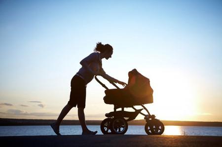 Đi bộ hoặc đi lại nhẹ nhàng sau kỳ vượt cạn là cần thiết để ngăn ngừa việc ứ đọng sản dịch.