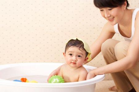 Bác sĩ khẳng định tắm lá không chữa được rôm sẩy mà phải cho trẻ ăn nhiều đồ mát