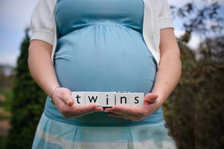 Tuổi mẹ càng lớn thì càng khó có khả năng thụ thai và tăng nguy cơ mang song thai.