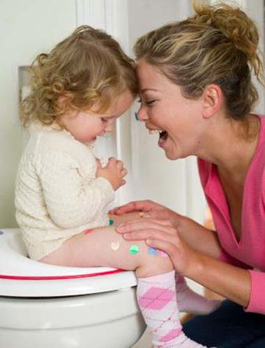 Cứ 3-5 tiếng, tùy theo lượng nước đưa vào cơ thể của trẻ mà phụ huynh xi tè 1 lần là tốt nhất