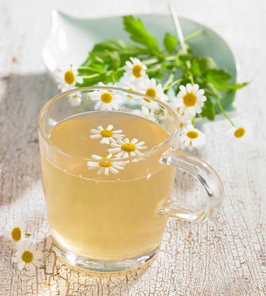 Nên thay thế trà bạc hà bằng các loại trà hoa cúc hay trà thảo mộc để giảm triệu chứng ợ nóng khi bầu bí.