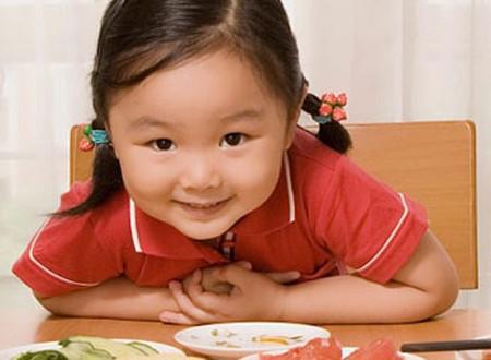 Ở tuổi lên 3, trẻ thường thường tự chủ, bướng bỉnh hơn trong ăn uống.