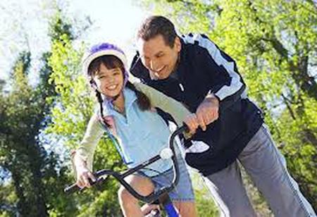 Chạy xe đạp là cách thức tuyệt vời để trẻ bước đầu tiếp xúc với các hoạt động thể chất, là thời gian hít thở không khí trong lành
