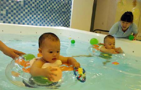 Hai em bé tại lớp học bơi ở Royal Care International Pregnancy & Baby SPA, Bắc Kinh.