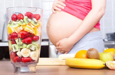 Bà bầu nên ưu tiên ăn nhiều hoa quả, rau xanh.