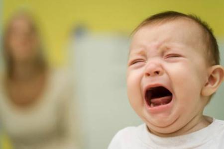 Bỏ mặc con khi khóc sẽ làm tổn thương tâm hồn trẻ