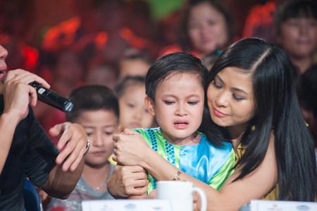 Cậu bé Lê Trần Nhật Tiến gây xúc động với BGK với ca khúc hát về mẹ.