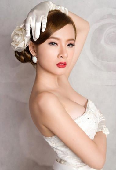 """""""Bà mẹ nhí"""" Angela Phương Trinh thay đổi với hình ảnh sexy."""