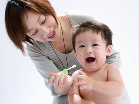 Trẻ cũng cần được vệ sinh răng miệng cẩn thận khi bị nấm lưỡi