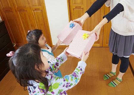 Cha mẹ hạn chế việc lấy quà để làm phần thưởng cho con.