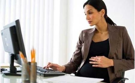 Nếu mẹ bầu thường xuyên làm việc trước máy tính, bạn cần cảnh giác với bức xạ điện từ.