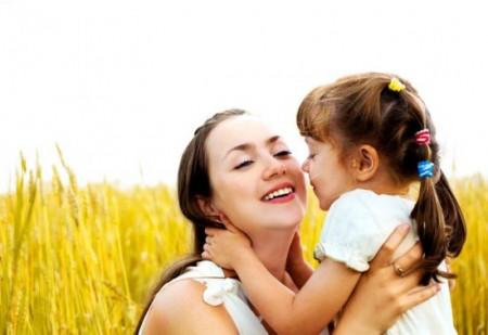 Trẻ cần được lớn lên trong vòng tay yêu thương của mẹ