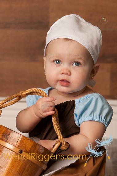 Cô bé Lọ Lem tất bật với những công việc của bà mẹ kế giao cho.