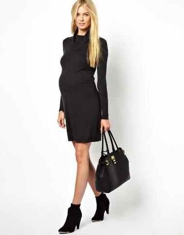 Còn nếu muốn tạo cảm giác thân hình thon gọn hơn, bạn có thể chọn những chiếc váy bầu màu tối. Sự kết hợp tông xuyệt tông giữa đầm bầu, giày bốt cổ ngắn và túi xách giúp bạn thật sành điệu và thời trang.