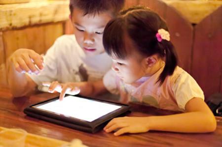 Trẻ con ngày nay nói chưa sõi nhưng chơi điện tử 'nhoay nhoáy'