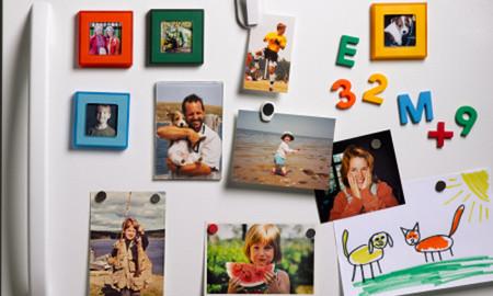 Nên treo hình ảnh của những thành viên trong gia đình trong nhà để con bạn không quên những đặc điểm của những người thân mà chúng không ở cạnh.