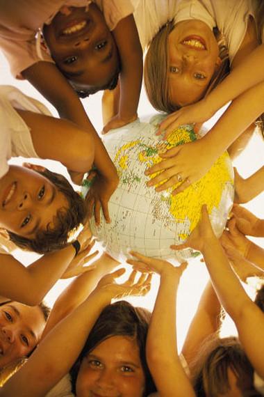 Đừng làm thui chột nhận thức của trẻ về một thế giới rộng lớn mở ra cho mọi tầng lớp con người.