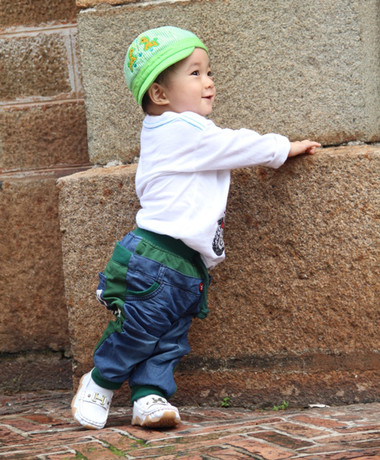 Phụ huynh hãy xây dựng cho con sự tự tin bằng việc dẫn bé theo mỗi khi đi ra ngoài để bé được tiếp xúc với người lạ, môi trường lạ, âm thanh lạ.