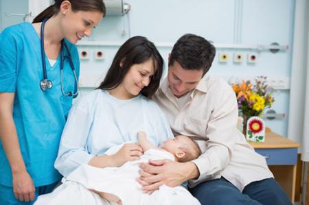 Sinh mổ đang được nhiều mẹ bầu lựa chọn vì có tính thẩm mỹ và đỡ đau hơn nhiều so với sinh thường