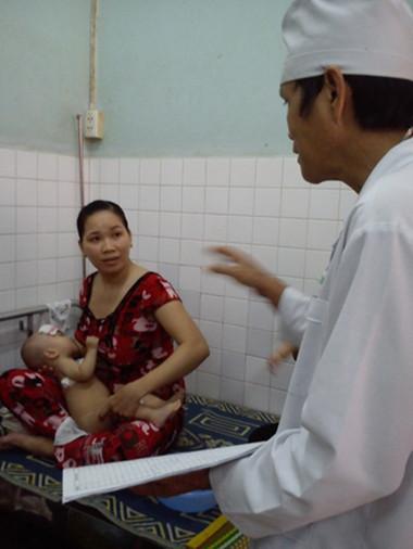 Một trẻ bị sốt sau khi tiêm văcxin Quinvaxem đang điều trị tại Bệnh viện Đa khoa khu vực huyện Cai Lậy trưa 26-10