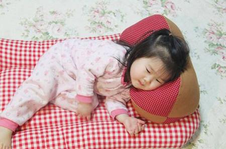 Nằm gối quá cao sẽ ảnh hưởng hệ xương và đường hô hấp của trẻ