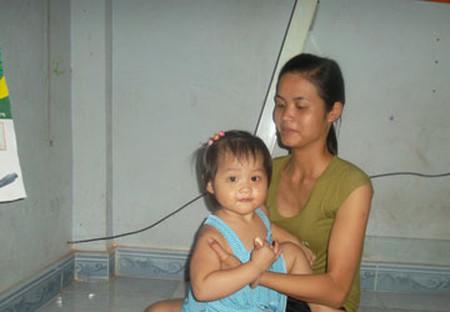 Dù lo lắng nhưng chị Hương vẫn phải bấm bụng gửi con để đi làm.