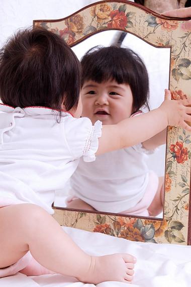 15 tháng tuổi, bé có thể nhận ra mình ở trong gương và không cố tìm cách quờ tay vào gương nữa bởi hiểu đó là bóng mình.
