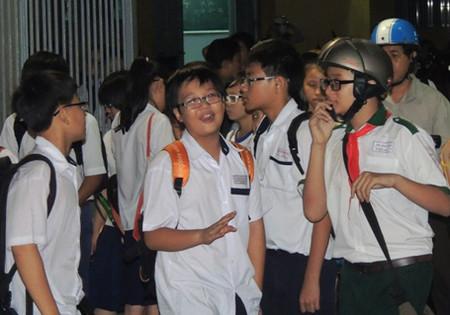 Học sinh tại TPHCM chờ phụ huynh đến đón sau giờ học thêm buổi tại một trung tâm luyện thi.
