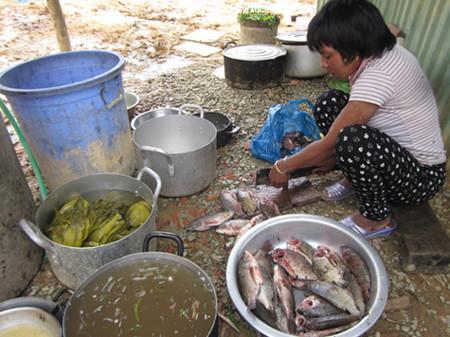 Chị Alăng Thị Choi chuẩn bị bữa ăn trưa.