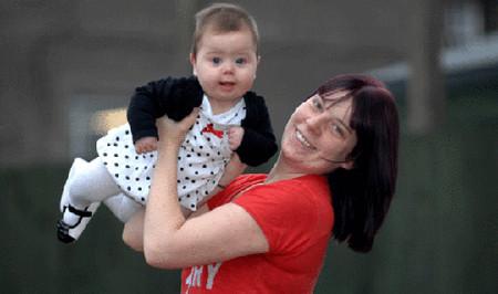 Bé Keira robertson và mẹ