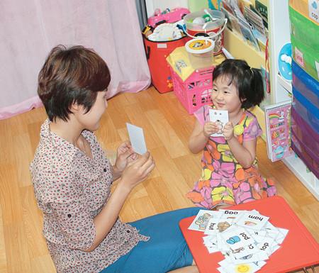 Cho Yun- ha, 34 tuổi, dạy tiếng Anh cho cô con gái 5 tuổi tại nhà ở thành phố Seongnam, tỉnh Gyeonggi (Hàn Quốc). Cô đã hoàn thành chương trình đào tạo đưa ra bởi YBM Sisa.com, một trong những trường ngôn ngữ lớn nhất tại Hàn Quốc.