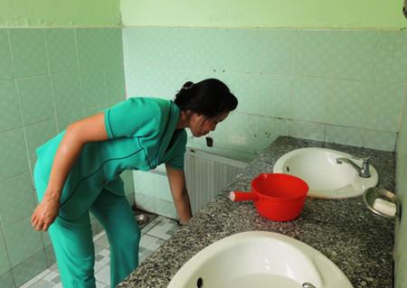 Nhà vệ sinh nhiều trường học tại TPHCM được lau nâng cấp, tẩy rửa thường xuyên nhưng vẫn khó tránh được mùi vì số lượng học sinh đông.