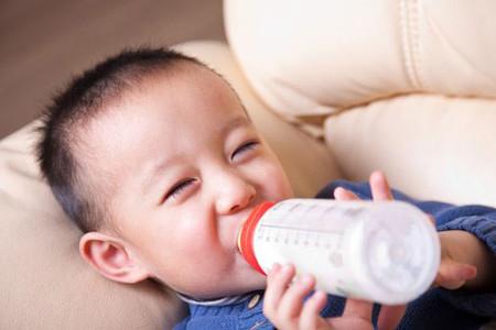 """""""Tôi vẫn duy trì mỗi cho con uống 3 cốc sữa: hai hộp sữa tươi vào buổi sáng và chiều ở lớp, 1 cốc sữa bột pha ấm uống buổi tối cho con"""""""